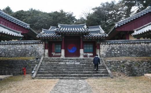 이순신 장군의 영정을 모신 충무사. 홍살문 앞에 장군의 유해가 안치됐던 가묘 터가 있다.