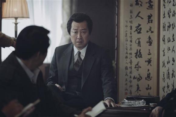 """영화 '1987'에서 대공수사를 총지휘하는 박처장(김윤석)이 박종철 고문치사 사건을 축소 은폐하기 위해 기자들에게 '탁! 치니 억! 하고 쓰러졌다""""고 궤변을 늘어놓는 장면. CJ엔터테인먼트 제공"""
