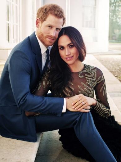 21일(현지시간) 영국의 해리 왕자 관련 업무를 담당하는 켄싱턴궁이 SNS를 통해 해리 왕자와 매건 마클의 공식 약혼 사진을 공개했다. 사진은 최근 윈저성 내 프로그모어 하우스에서 푸른색 양복을 입은 해리 왕자와 검은 드레스를 입은 마클이 계단에 앉아 다정하게 포즈를 취하고 있는 모습. 이들의 결혼식은 내년 5월 19일 윈저성에 있는 왕실 전용 예배당 세인트 조지 채플에서 열린다. 연합뉴스