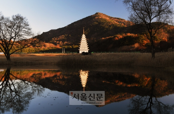 미륵사지의 이른 아침 풍경. 동원구층석탑이 햇살을 받아 밝게 빛나고 있다.