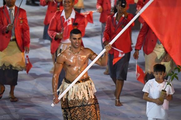 2016년 리우데자네이루올림픽에 통가의 태권도 대표로 출전한 피타 니콜라스 타우파토푸아가 대회 개회식에 통가 선수단 기수로 국기를 들고 근육질 몸매를 뽐내며 입장하고 있다. 로이터 자료사진