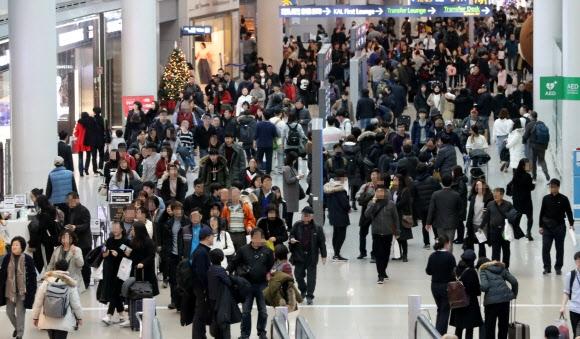 마지막 연휴는 해외에서 연말연시 연휴를 앞두고 29일 오전 인천공항 출국장 면세점구역이 출국하는 여행객들로 붐비고 있다. 연합뉴스