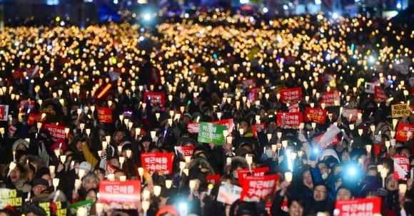 2017 인권상 받은 대한민국 촛불시민. 서울신문 DB