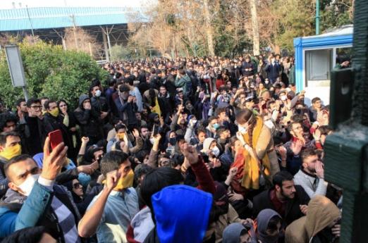 30일(현지시간) 이란의 테헤란대 학생들이 '하메네이에게 죽음을'이란 구호를 외치고 있다. 물가 상승 등 경제정책 실패를 규탄하며 시작된 반정부 시위는 이란 최고지도자 하메네이의 퇴진을 요구하는 등 체제 비판으로 이어져 3일째 계속되고 있다. 테헤란 AFP 연합뉴스