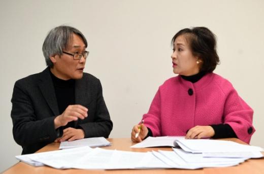 심사위원 정홍수(왼쪽)·김미현(오른쪽) 문학평론가. 박윤슬 기자 seul@seoul.co.kr