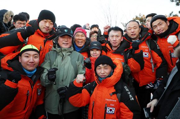 문 대통령, '2018 시작, 북한산에서서 산악구조대원과'