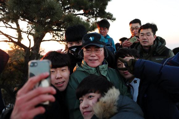 문 대통령, '2018 시작, 북한산에서 의인들과'