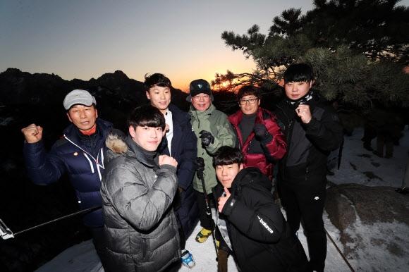 문 대통령, '2018 시작, 북한산에서 의인들과 파이팅!'