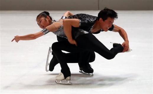 지난해 9월 독일 오베르스트도르프에서 개최된 국제빙상연맹(ISU) 챌린저 시리즈 '네벨혼 트로피'에서 북한의 피겨 페어 렴대옥-김주식 조가 스핀 연기를 하고 있다. 로이터 연합뉴스
