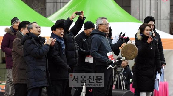 김영만(앞줄 오른쪽 두번 째) 서울신문 사장이 징을 치면서 대회의 시작을 알리고 있다. 함께 자리한 내외 귀빈들이 박수를 보내며 응원하고 있다. 박윤슬 기자 seul@seoul.co.kr