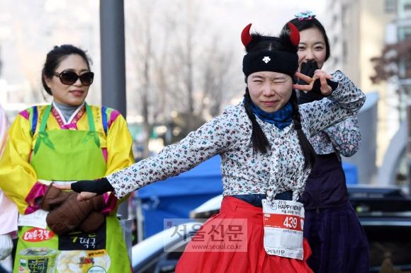 대회에선 눈길을 끄는 복장이나 소품을 착용한 참가자들에게 '포토제닉상'을 시상했다. 생활한복을 입고 악마 머리띠를 착용한 한 여성 참가자가 윙크를 하며 포즈를 잡고 있다. 박윤슬 기자 seul@seoul.co.kr