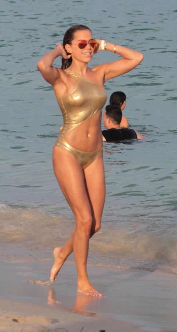 모델 실비 메이스가 1일(현지시간) 미국 플로리다주 마이애미 비치 해변에서 몸에 밀착된 골드 비키니를 입고 섹시한 몸매를 과시하고 있다. 사진=TOPIC / SPLASH NEWS(www.topicimages.com)