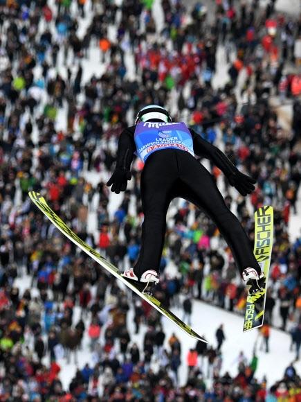 폴란드의 카밀 스토흐가 1일(현지시간) 독일 가르미슈파르텐키르헨에서 열린 2017~18시즌 국제스키연맹(FIS) 월드컵 스키점프 남자 라지힐 종목 연습 점프 도중 팔을 뒤로 쭉 뻗으며 하늘로 솟구치고 있다.  가르미슈파르텐키르헨 AFP 연합뉴스