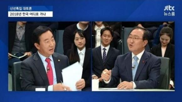 왼쪽은 김성태 자유한국당 원내대표. 오른쪽은 노회찬 정의당 원내대표. JTBC '뉴스룸' 방송화면 캡처