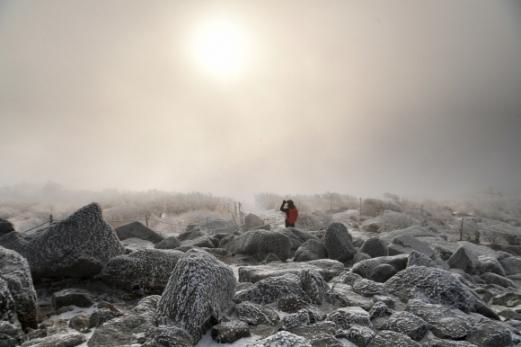 구름과 태양이 희롱하듯 어우러진 대청봉의 해돋이 장면.