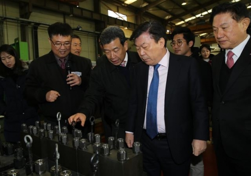 이원해(오른쪽 세 번째) 대모엔지니어링 회장이 3일 경기 시흥시 시화산업공단 내 본사 공장에서 박성택(두 번째) 중기중앙회장 등에게 굴착기 부착 부품을 설명하고 있다. 대모엔지니어링 제공