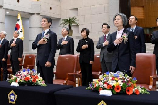 안철상(앞줄 왼쪽), 민유숙(오른쪽) 대법관이 3일 오전 서울 서초구 대법원에서 열린 취임식에서 국기에 대한 경례를 하고 있다. 신임 대법관들은 분열된 사회를 통합하는 데 노력하겠다고 밝혔다. 연합뉴스