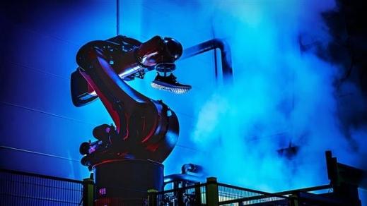 독일 아디다스가 저렴한 인건비 혜택을 보던 중국 공장을 철수하고 2016년 9월 자국의 안스바흐에서 가동을 시작한 '스피드 팩토리' 전경. 신발 바닥을 만드는 로봇과 신발 윗부분을 만드는 로봇이 협업해 기존 공장에서 한 켤레당 수주일 걸리던 생산 기간을 5시간 정도로 단축했다. 공장 운영 인력도 단 160명이다. 아디다스 제공