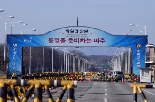 남북 판문점 연락 채널이 1년 11개월 만에 복원된 3일 판문점으로 향하는 길목인 파주 통일대교를 통해 차량이 드나들고 있는 모습. 박윤슬 기자 seul@seoul.co.kr