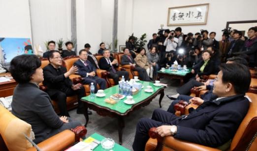 한자리에 모인 통합반대 의원들 3일 오후 국회에서 국민의당 조배숙 의원(왼쪽), 박지원 의원(왼쪽 두번째), 정동영 의원(오른쪽) 등 통합반대파 의원들이 모여 대화하고 있다. 2018.1.3 연합뉴스