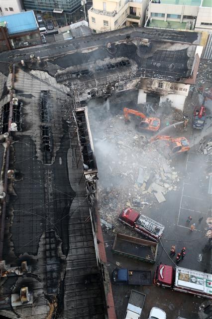 홍대입구역 인근 큰불…건조한 서울 곳곳 화재  3일 오후 서울 마포구 서교동 사거리의 한 예식장 공사장에서 화재가 발생해 소방당국이 진화작업을 벌이고 있다. 건물 2층에서 사다리차를 이용해 4m 높이의 천장을 산소절단기로 해체하던 도중 불똥이 천장의 우레탄 부위에 옮겨붙으며 화재로 이어졌다. 작업자 5명이 대피하면서 인명피해는 발생하지 않았다. 이날 서울에 건조주의보가 내려진 가운데 26건의 크고 작은 화재가 발생했다. 뉴스1