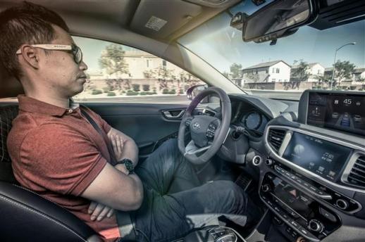 지난해 CES에서 현대차가 아이오닉EV를 활용해 미국 라스베이거스 도심 자율주행 기술을 시연하고 있는 모습. 현대차 제공