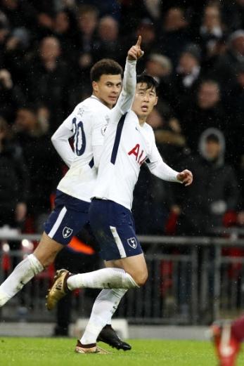 토트넘의 손흥민이 5일(한국시간) 영국 런던의 웸블리 스타디움에서 열린 잉글랜드 프로축구 프리미어리그(EPL) 2017~18시즌 22라운드 웨스트햄과의 홈 경기에서 후반 39분 동점골을 뽑아낸 뒤 손가락을 치켜들며 자축하고 있다.  런던 AP 연합뉴스