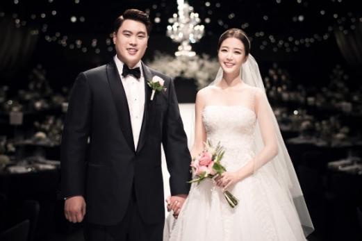 5일 오후 서울 중구 신라호텔에서 결혼식을 올린 메이저리거 류현진과 배지현 아나운서.  코엔스타즈 제공=연합뉴스