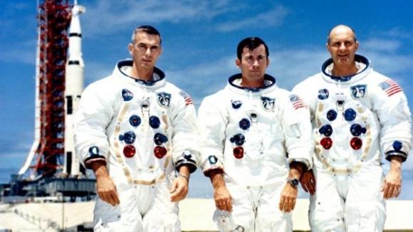 존 영(가운데)이 1968년 아폴로 10호 탐사에 나서기 전 동료들과 함께. EPA 자료사진