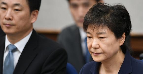 박근혜 전 대통령 재산 동결 국정 농단 사건 첫 공판 당시 박근혜 전 대통령. 왼쪽에 유영하 변호사. 법원은 12일 박근헤 전 대통령의 재산을 동결한다고 밝혔다. 2017.5.23  사진공동취재단