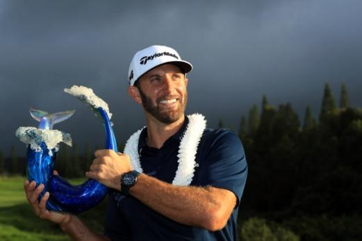 더스틴 존슨이 8일(한국시간) 하와이주 마우이섬 카팔루아의 플랜테이션 코스에서 열린 미국프로골프(PGA) 투어 센트리 챔피언스 토너먼트 마지막날 최종합계 24언더파 268타로 우승을 차지한 뒤 물속으로 뛰어드는 고래 모양으로 만든 우승컵을 든 채 미소를 짓고 있다.  하와이 AFP 연합뉴스