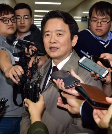 바른정당 소속 남경필 경기지사가 9일 오후 국회에서 열린 의원총회에 참석한 뒤 탈당계를 제출 후 밖으로 나와 기자들의 질문에 답하고 있다.  이종원 선임기자 jongwon@seoul.co.kr