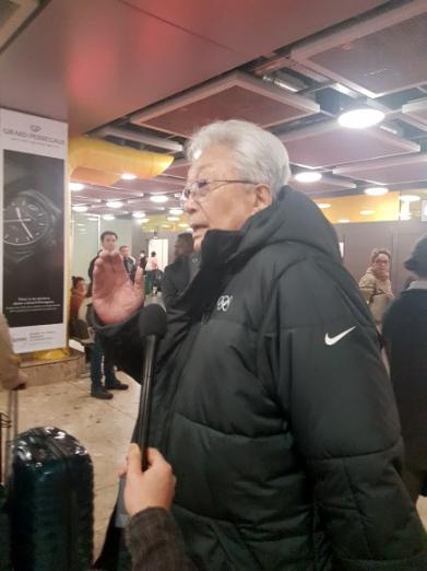 8일(현지시간) 스위스 제네바 공항에 도착한 장웅 국제올림픽위원회(IOC) 위원이 취재진의 질문에 답하고 있다.  제네바 연합뉴스