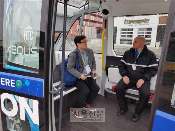 유영규(왼쪽) 기자가 실제 도로를 주행하는 트리플A에 탑승해 있다.