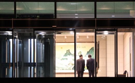 9일 남북 고위급회담이 판문점 남측 평화의 집에서 열렸다. 회담이 밤 늦게까지 계속되는 가운데 날이 어두워지자 평화의 집에 불이 밝혀졌다.<사진공동취재단>