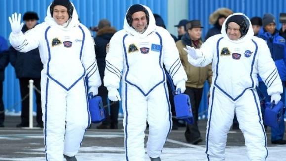 일본 우주인 가나이 노리시게(왼족)가 지난달 러시아 소유즈 우주선에 탑승해 국제우주정거장(ISS)으로 떠나기 전 손을 흔들어 답례하고 있다. 로이터 자료사진