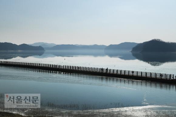 예끼마을 아래쪽에 조성된 선성수상길. 호수 위에서 맞는 풍경이 예쁘다.