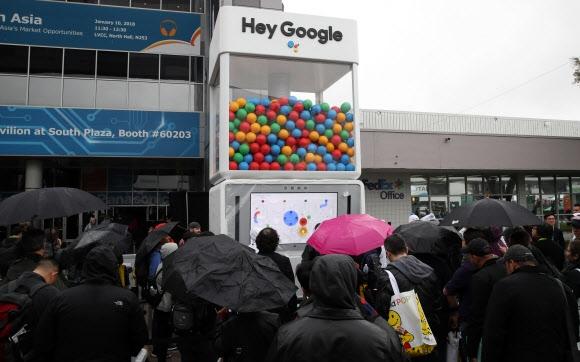CES 체험관 관람객 북적  9일(현지시간) CES 전시장 정문 앞에 설치된 구글의 AI 비서 '어시스턴트' 체험관에도 많은 관람객이 몰렸다. 라스베이거스 연합뉴스