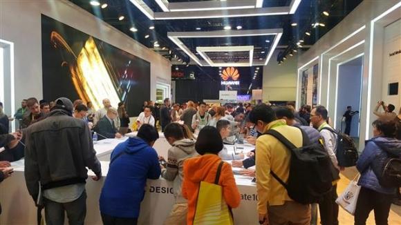 CES 체험관 관람객 북적  올해 CES에서는 화웨이 등 중국 업체들의 약진이 눈에 띄었다. 라스베이거스 연합뉴스