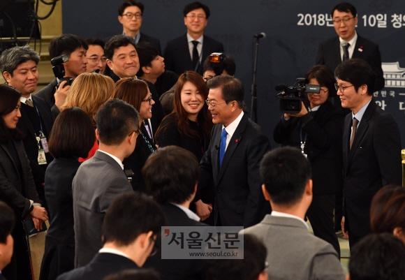 문재인 대통령이 10일 청와대 영빈관에서 신년 기자회견을 마친 뒤 내외신 취재진과 악수하며 인사를 하고 있다. 안주영 기자 jya@seoul.co.kr