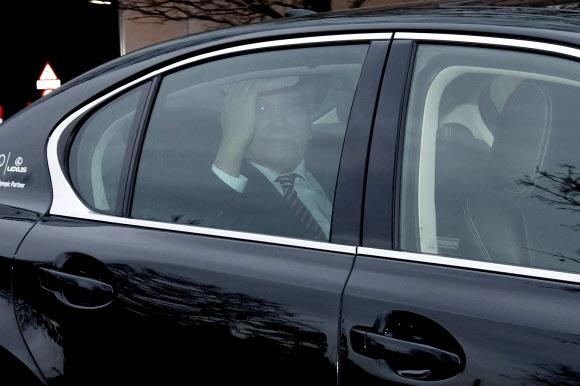 장웅 북한 국제올림픽위원회(IOC) 위원이 10일(현지시간) 스위스 로잔의 IOC 본부를 떠나며 승용차 안에서 취재진을 향해 손을 흔들고 있다. 로잔 EPA 연합뉴스