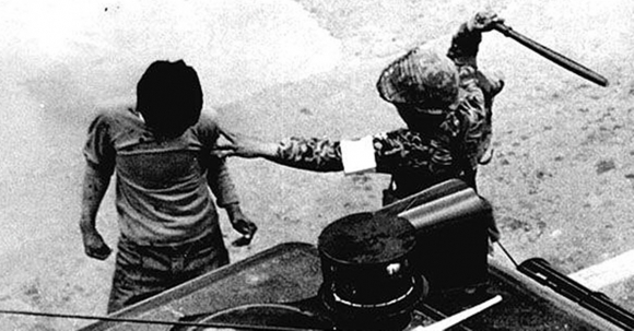 비무장 시민을 곤봉으로 폭행하는 계엄군. 5·18기념재단
