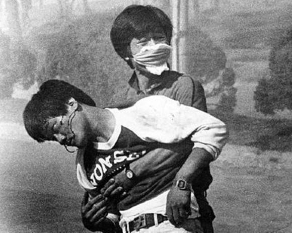 경찰의 최루탄에 머리를 맞고 쓰러진 이한열 열사. 연합뉴스