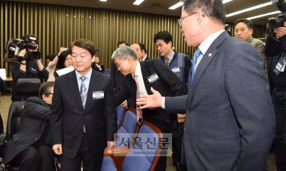 12일 국회에서 열린 국민의당 당무위원회의에서 최경환의원이 안철수 대표에게 회의진행에 관한 문제제기를 하며 항의하고 있다. 이종원 선임기자 jongwon@seoul.co.kr