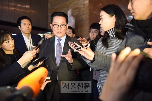 12일 국회에서 열린 국민의당 당무위원회의장에서 나온 박지원의원 기자들의 질문에 답변을 하고 있다. 이종원 선임기자 jongwon@seoul.co.kr