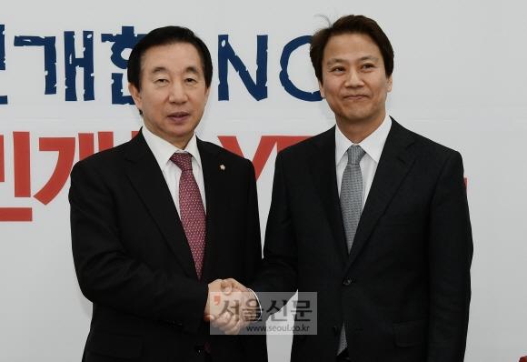 12일 국회에서 임종석 대통령 비서실장이 자유한국당 김성태 원내대표를 예방, 인사를 나누고 있다. 이종원 선임기자 jongwon@seoul.co.kr