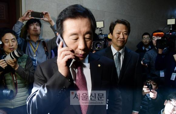12일 국회에서 임종석 대통령 비서실장과  자유한국당 김성태 원내대표가 인사를 나눈후 운영위원장실이 잠겨서 못들어 가고 있다. 이종원 선임기자 jongwon@seoul.co.kr