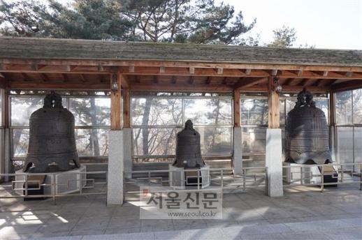 부평 조병창에서 수습한 인천시립박물관의 중국 종들. 오른쪽부터 금나라 범종(12세기), 명나라 도교조(1638), 원나라 범종(1298).