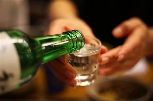 한국 사회의 '술잔 돌리기'는 공동체의 연대감을 강화시켜준다는 믿음을 확인하는 독특한 음주 문화이기는 하나 과음, 병균 전염 등 폐해 역시 적지 않다.  휴머니스트 제공
