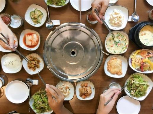 식탁에 밥과 반찬, 국을 한꺼번에 차려놓고 젓가락과 숟가락을 동시해 사용해 함께 앉은 사람들이 다같이 먹는 한국인의 식사 방식에는 지난 100여년간 한반도에서 이루어진 정치·경제·사회·문화적 변화가 그대로 깃들어 있다. 휴머니스트 제공